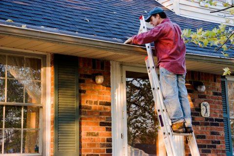 homme examinant défaillance pente de toit