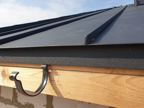 crochet gouttière pendante fixé sur un toit