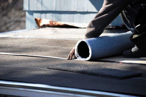 installation de feutre pour protéger une toiture