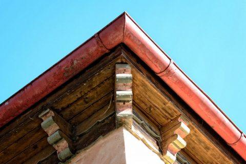 La gouttière en cuivre sur un joli toit