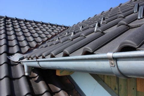 gouttière pendante sur un toit