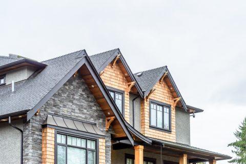 gouttière rampante sur un toit de maison