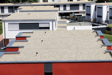toit plar avec un revêtement meuble de gravillons