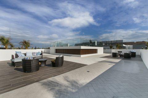 toit terrasse avec du mobilier de jardin