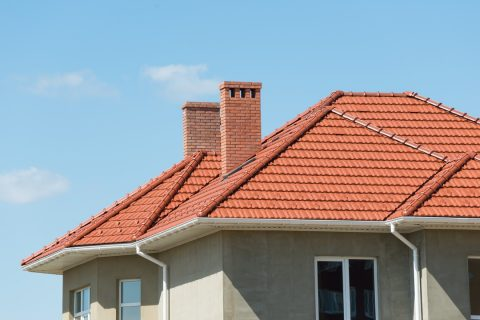 toit en tuiles, l'importance de vérifier leur état